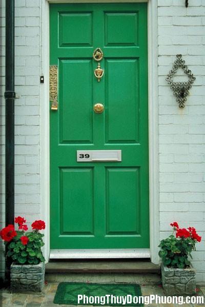 green front door 1 Hai cửa nhà đối nhau
