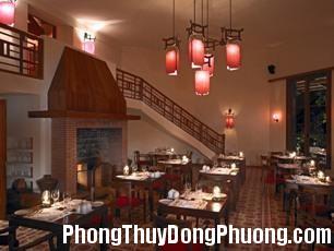 2301 cauthang2 Cách xử lý cho cầu thang nhà hàng đối diện với cửa chính
