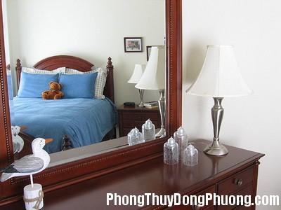 E61 guong Cách bố trí gương hợp phong thủy trong phòng ngủ