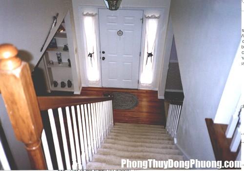 phong thuy cua chinh 19071 Cửa chính hướng xuống cầu thang bao nhiêu tiền của đều tiêu tan, sức khỏe giảm sút